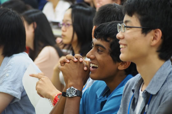 アジア各国から集まった仲間との共同生活